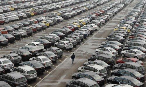 Автомобильный рынок Екатеринбурга сократился почти наполовину